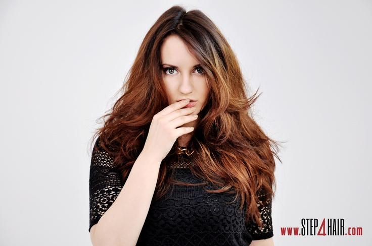 Masz długie zdrowe i proste włosy, a jednak chciałabyś coś zmienić? Polecamy delikatne cieniowanie z zachowaniem długości włosów!