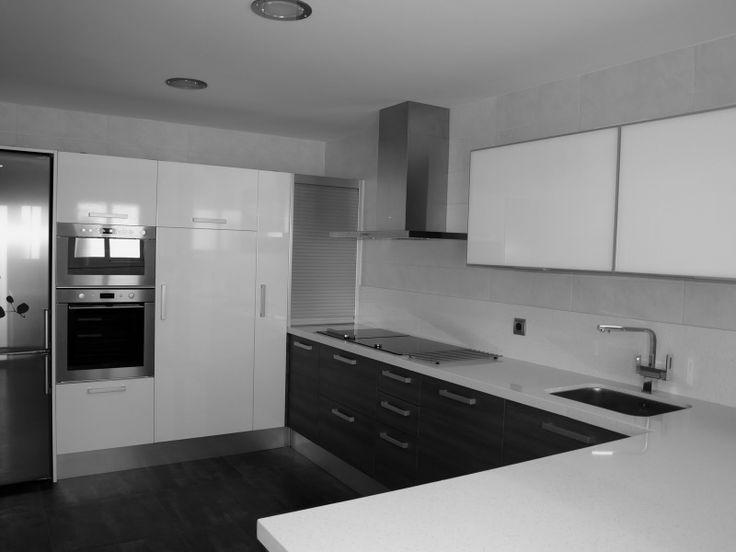 Cocina blanca suelo gris inspiraci n de dise o de interiores patho romo pinterest - Cocina blanca encimera gris ...