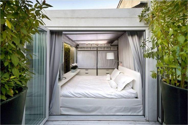 petite chambre blanche avec porte-fenêtre accordeon vers la terrasse