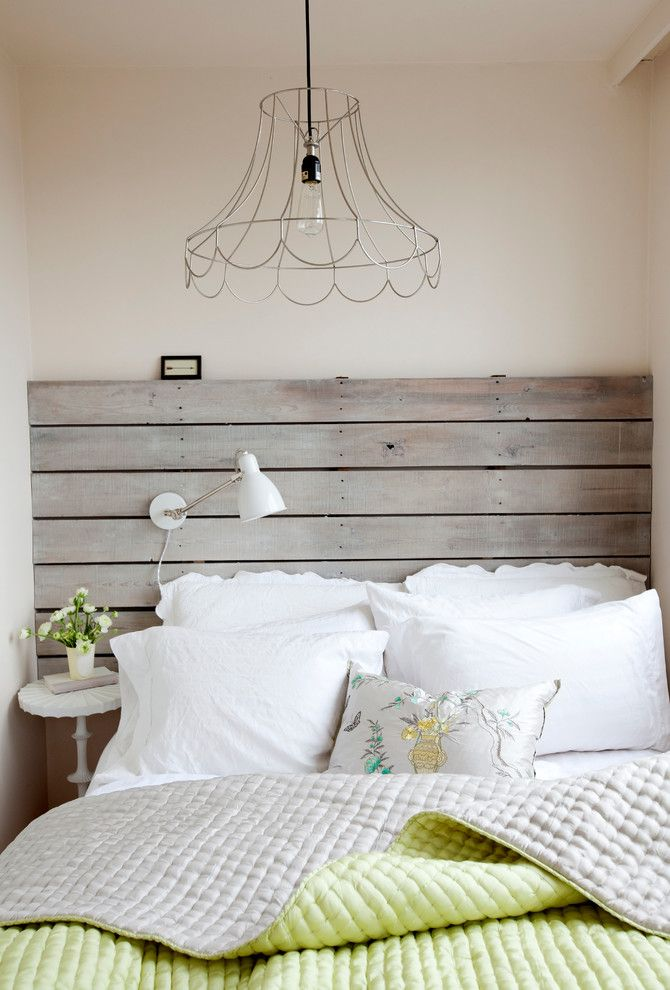 спальня деревянное изголовье интерьер