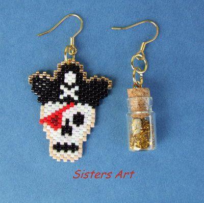 """Orecchini """"Isola del Tesoro"""" con Pirata e Mappa in bottiglia, realizzati con perline delica, by Sisters Art, in vendita su http://www.misshobby.com/it/negozi/sisters-art"""