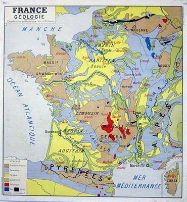 La carte de France, au mur, près du tableau.
