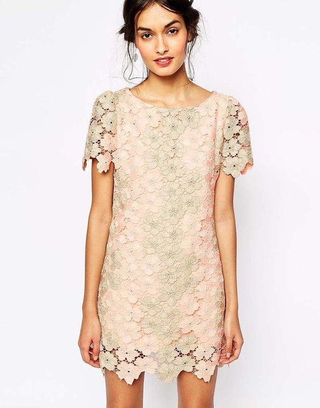 Mini vestido con bordado floral en tono empolvado de Soma London