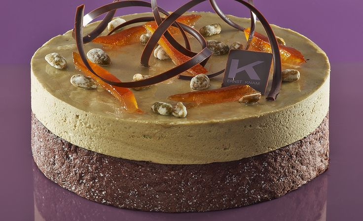 MOUSSE PISTACCHI E CIOCCOLATO  Ingredienti: base Marquise, mousse di cioccolato fondente (panna, cioccolato fondente), mousse pistacchio (pasta di pistacchio, panna, albume e arancia candita),riccioli gianduja