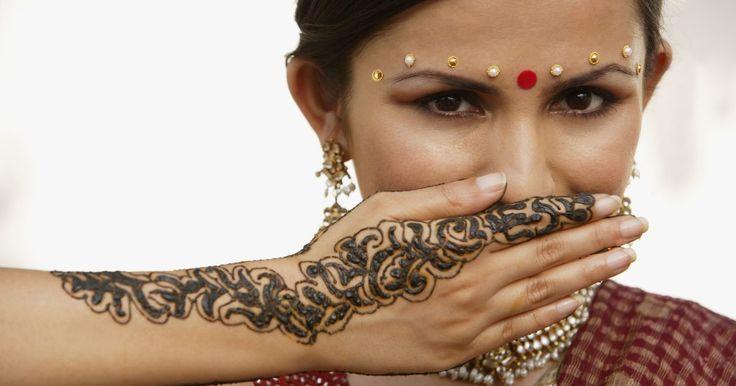 Como usar água oxigenada para clarear a tatuagem de henna. As tatuagens de henna proporcionam todos os benefícios de uma tatuagem normal sem compromisso. Você pode mostrar o seu lado artístico com uma forma de expressão temporária. O único problema é que, mesmo que elas sejam temporárias, essas tatuagens ainda levam tempo para desaparecer completamente. Elas mancham a pela, então a remoção imediata só ...