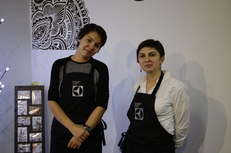 Dana Burlacu Vistiernicu (blogger culinar http://prajituricisialtele.ro/) și Adela Trofin (blogger culinar http://adelicii.ro/)