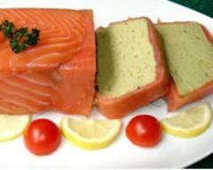 photo de terrine d'avocats au saumon fumé : http://www.cuisineaz.com/recettes/terrine-d-avocat-au-saumon-fume-27415.aspx