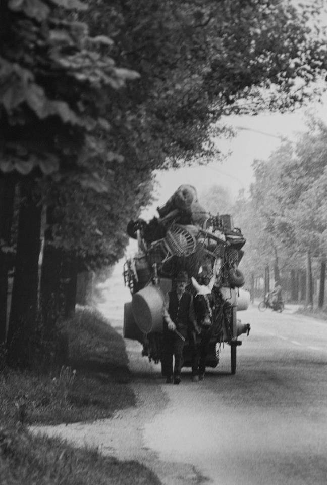 Vendedor ambulante en Cremona Italia 1968 by Pepi Merisio