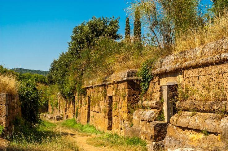 La Necrópolis de Banditaccia, en #Cerveteri, es la localización de enterramientos colectivos antiguos más grande de todo el Mediterráneo. http://www.guias.travel/blog/400-tumbas-etruscas-te-esperan-en-la-necropolis-de-banditaccia/ #turismo #Italia