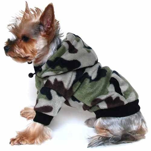 Polár anyagból készült terepmintás, zsebes hátú, kapucnis kutyapulóver. A kapucnija állítható nagyságú, a nyaka, ujja, a zsebek széle és a pulóver vége fekete szegélyű. Belebújós pulóver, cipzár patent nincs rajta. Kényelmes átmeneti viselet a hűvös napokon, yorki fióknak.