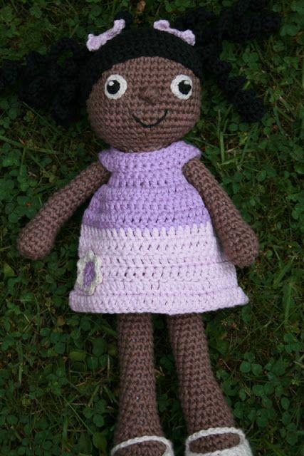Mere hæklet dukke med kjole på.