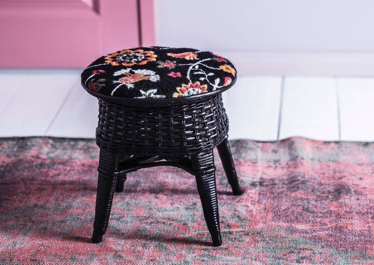 Printtikangasta ja laakapistoja – verhoile rottinkijakkara uuteen kuosiin. Ikean Rosenrips-kangas sai pintaansa neulelankapistot.
