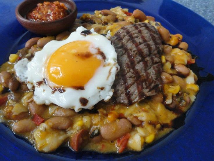 pancho villa...guiso de porotos,con chorizo, carne de vacuno al grill, huevo frito, pebre