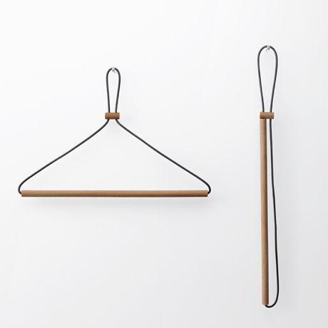 Y002 <レザーレースハンガー> 木と革ひもをつないだだけのとてもシンプルな構成。…