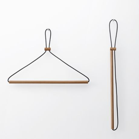 Y002 <レザーレースハンガー> 木と革ひもをつないだだけのとてもシンプルな構成。… 고무로 된 줄이 옷의 형태에 따라 자리를 잡아서 옷걸이에 옷의 형태가 유지 되는 것이 아니라 옷에의해 옷걸이의 형태가 미세하게 변한다