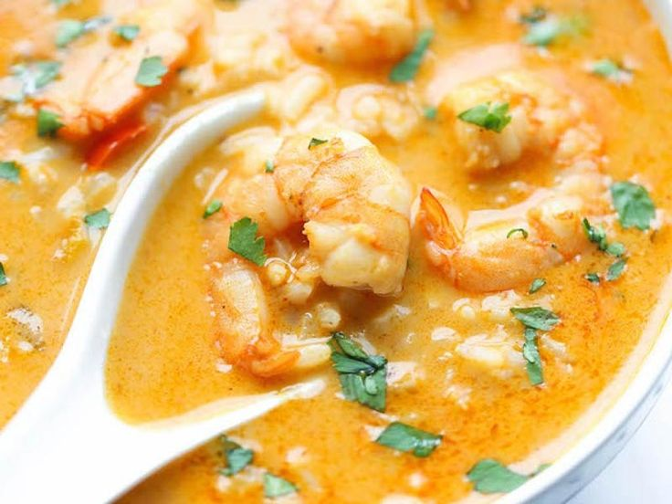 Recette de soupe thaï crevettes et lait de coco au Thermomix TM31 ou TM5. Faites ce plat principal en mode étape par étape comme sur votre robot !