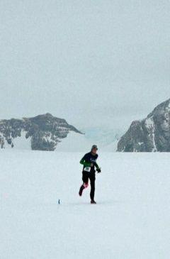 Mróz, silny wiatr i biel po horyzont czyli maraton na Antarktydzie - http://tvnmeteoactive.tvn24.pl/bieganie,3014/mroz-silny-wiatr-i-biel-po-horyzont-czyli-maraton-na-antarktydzie,186663,0.html