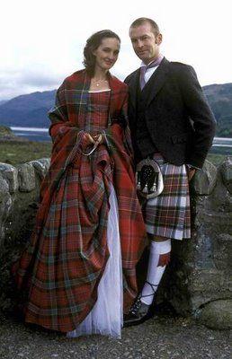 boda escocesa. el estampado de los trajes se corresponden con el clan de cada novio