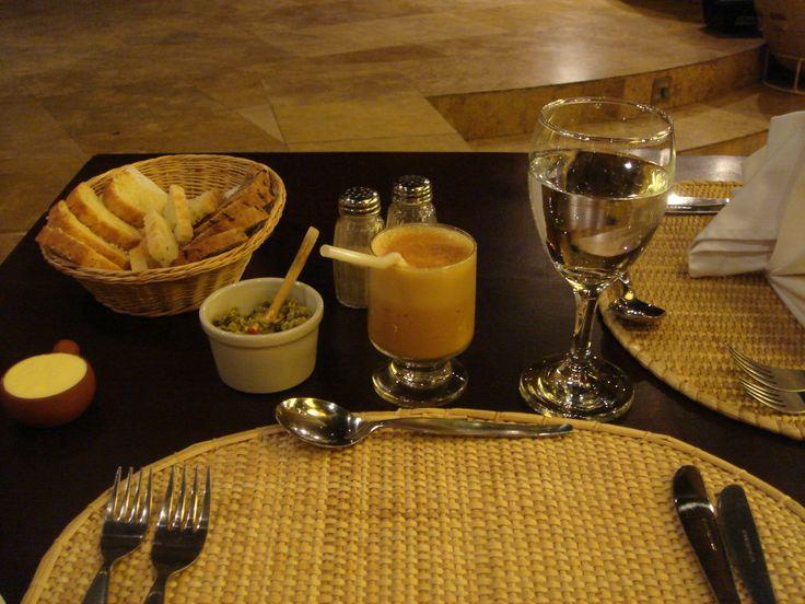 Pisco sour com gema de ovo & couver de azeitona no Junius, em Lima