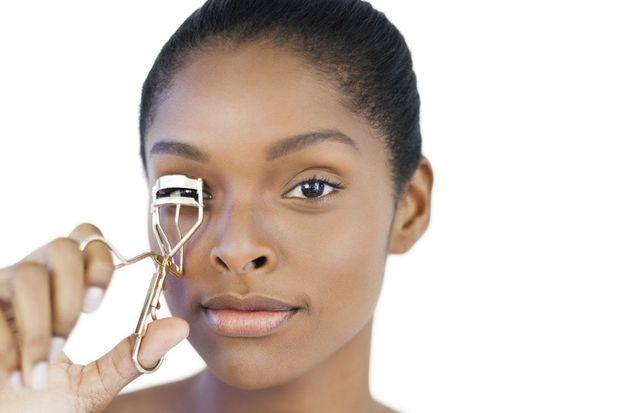 Zo breng je eyeliner aan met een wimperkruller