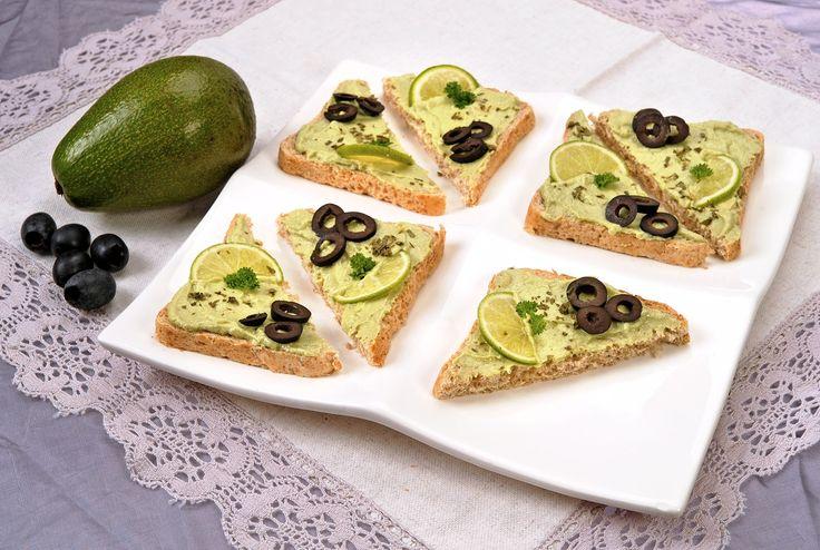 Avokádo je ovoce, které není sladké, svou chutí připomíná ořechy. Tomu odpovídá i vysoká energetická hodnota a množství tuků, které záleží na stupni zralosti, i přesto se hodí do dietní stravy.