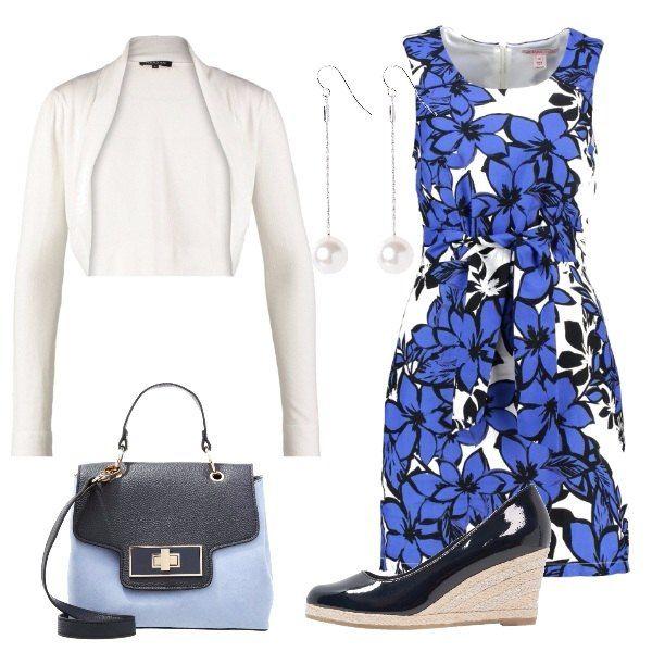 L'outfit è composto da un vestito in fantasia floreale con cintura in vita 100% cotone ed un coprispalle ecru. Il look si completa con un paio di orecchini con perle, una borsa a mano con patta blu navy ed un paio di zeppe blu lucide.