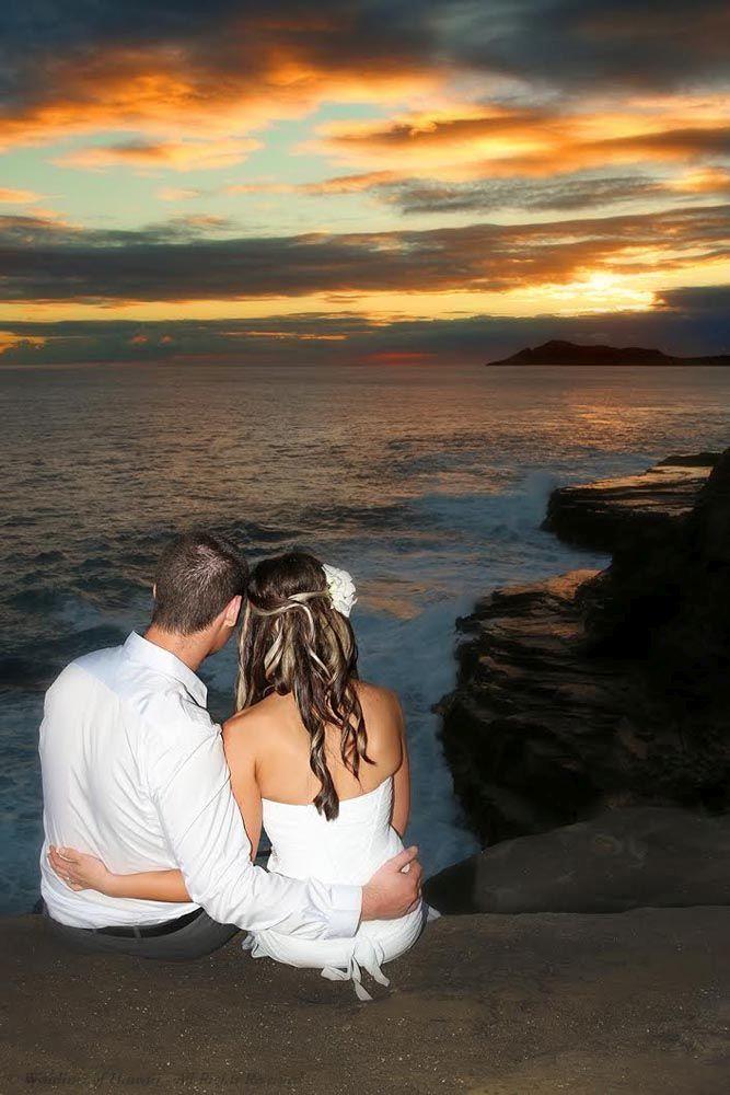 夕日を眺める2人。ハワイでの前撮りのアイデア参考例♡