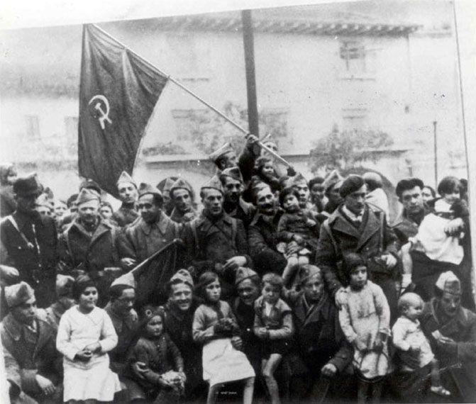 Brigadistas internacionales junto a niños españoles
