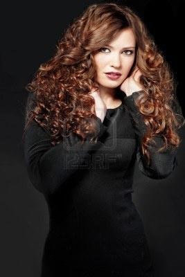 Ritratto di giovane donna bellissima con lunghi capelli ricci del volume Archivio Fotografico