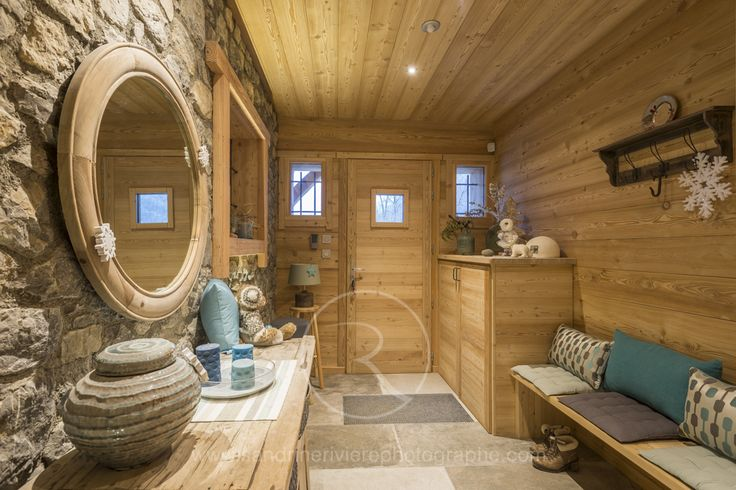 Entr e d 39 un chalet de montagne situ dans la vall e de - Decoration interieur chalet bois ...