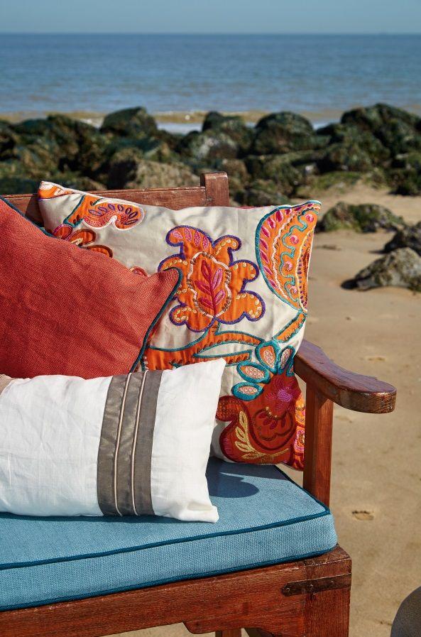 COOK + PASHA + COLOMBUS: Lino, seda, aplicaciones y bordados llenos de vida y color. #wind #ontariofabrics #cojines #coixins
