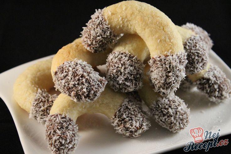 Kokosové rohlíčky máčené v čokoláde. Těsto můžete i rozválet na pracovní desce a pomocí vykrajovátka vykrojit různé tvary. Já jsem volila pro letošní Vánoce rohlíčky. Autor: Kvietok278
