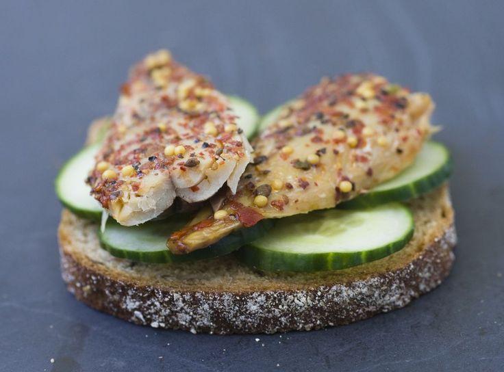 Varmrøkt makrell med slangeagurk er deilig på en skive grovt brød og passer godt…