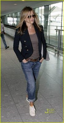 Jennifer Aniston's style is so effortless! Boyfriend jeans paired with a simple tee and fitted jacket give her a polished yet understated look. I wish I could have her stylist for one day.