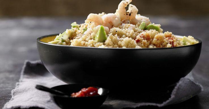 Scharfer Couscous-Salat mit Garnelen und Avocado: superschnell fertig und toll als Abendessen oder auch als Partyfood.