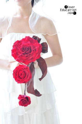 ウエディングブーケとドレスの相性【個性的なデザインブーケ編 ... この世に存在しない大輪の花をかたどったブーケで、 細身のドレスや膝丈の個性派ドレスにマッチ。