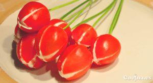 Unas flores y una cena romántica son la receta clásica que nunca falla en ocasiones como San Valentín. Pero, ¿y si juntamos las dos cosas en un plato fácil? El resultado son estos tulipanes de tomate rellenos de queso con tallo de cebollino, una original ensalada o entrante con la …