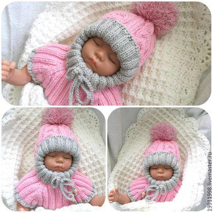 Теплая и удобная шапочка-шлем всегда остается неотъемлемой частью гардероба вашего малыша. Выполнена вручную на круговых спицах узором 'косы' из мериносовой пряжи в 100 гр-100 м ,поэтому на ней нет швов,что обеспечит комфорт вашему ребенку.Закрывает лобик,а ширину 'окошечка' для лица можно регулировать завязочкой. Манишка согреет шейку и грудь ребенка. Помпом съемный и очень мягкий,поэтому он не создаст неудобств малышу,даже если…