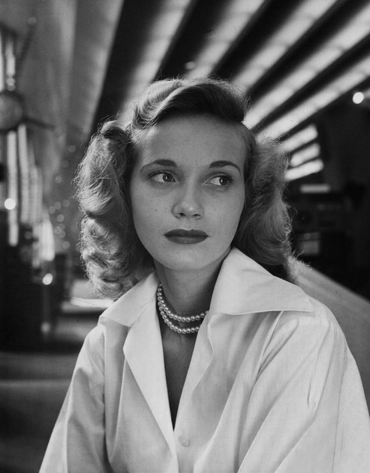 Eva Marie Saint wearing a double-strand pearl necklace, 1949 #EvaMarieSaint #pearls