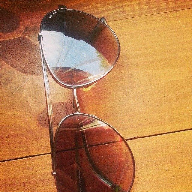 کلمه: عینک دودی. توضیح: چیزی که به چشممان می زنیم تا آفتاب چشممان را اذیت نکند. مثال: این عینک دودی قهوه ای رنگ است.  #zangefarsi #learnpersian www.zangefarsi.com English: sunglasses. /einak-dudi/
