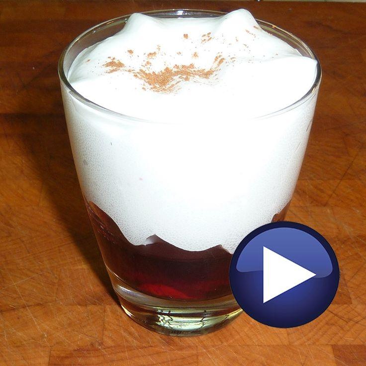 Espuma de coco sobre gelatina de hibiscus