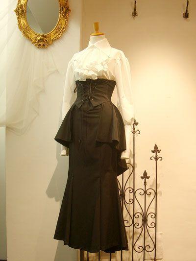 人気の為再生産・ご予約を承っておりました「ヘクトルミニオーバースカート」レディース、メンズ共にごく僅かですが店頭分が入荷しました※サイズ・カラーによっては既に完売しているものもございます。ヘクトルミニオーバーSK[1468・M1468]¥13,824.-(¥12,800.-) [women]¥14,904.-(¥13,800.-) [men]カラー黒×黒 / 黒×ボルドーシンプルな編上げのコルセット風のデザインそして重なるフリルのドレープが美しい後ろ姿ボリューム感...