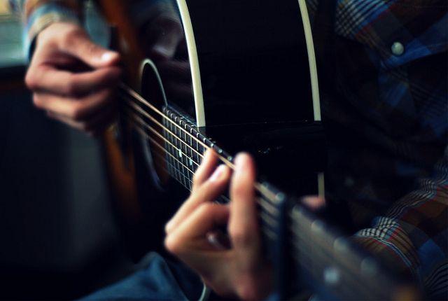 Saqué a Minerva, sí, mi guitarra tiene nombre de mujer, y acaricié sus cuerdas.