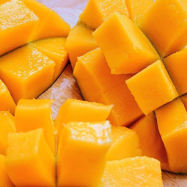Raise your hands if you're addicted to mangoes. 🙌 #200daysofmangoes