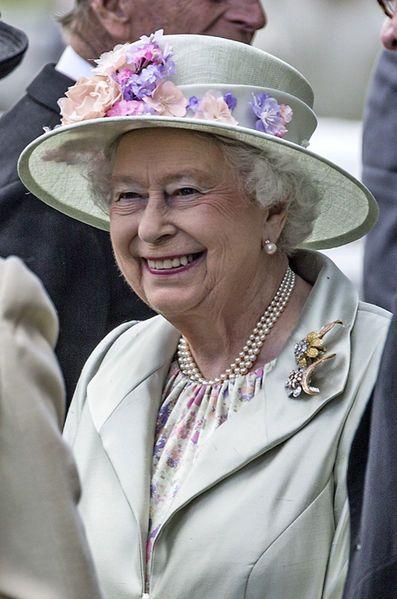 Le Royal Blog de Paris Match revient ce dimanche sur les chapeaux fleuris de la reine Elizabeth II, à l'instar de ceux portés pour ses 90 ans.