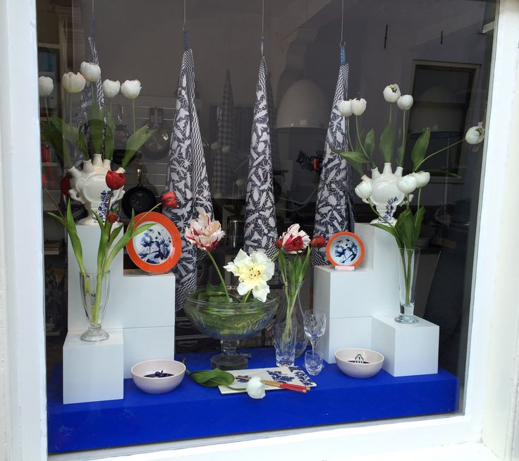 Spring Window Display with tulips for De Leuke Keuken Edam the Netherlands, by Man-Made Design Amsterdam.