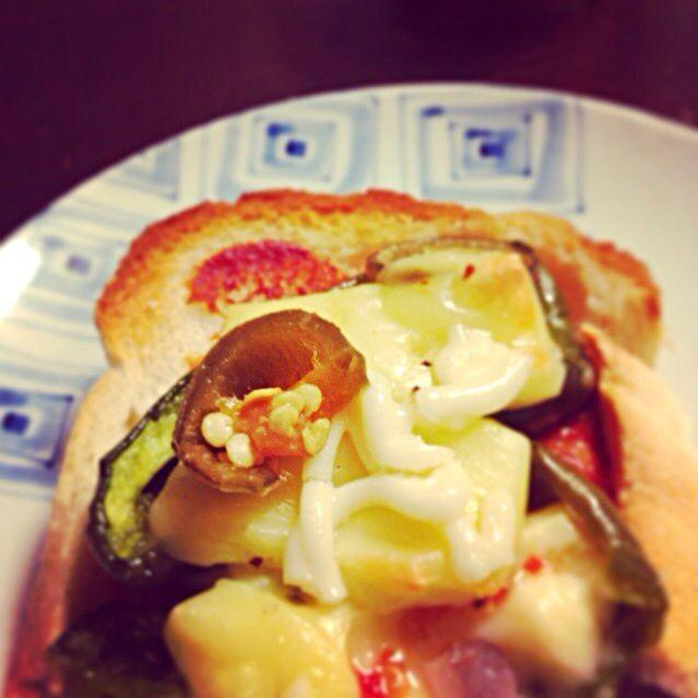 昨夜のピーマンにチーズ、ハラペーニョのっけて、焼いたので、ピザトースト。 - 10件のもぐもぐ - リメイク、ピザトースト。 by hiromiyamashita