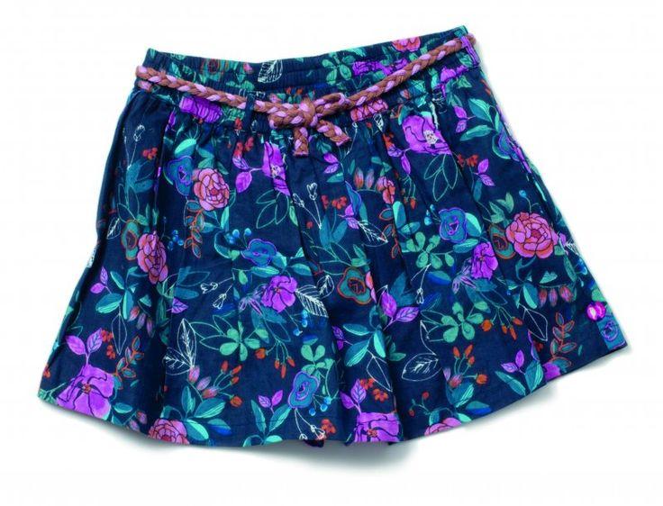 Toyah is een vrolijk Cake Walk broek-rokje met bloemenprint. Het broek-rokje heeft plooitjes aan de voorkant en heeft een elastische band in de taille. Het broek-rokje is afgewerkt met een decoratief gevlochten koord als riempje.