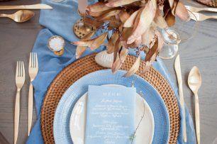 Сервировка свадебного стола с каллиграфическим меню на салфетке