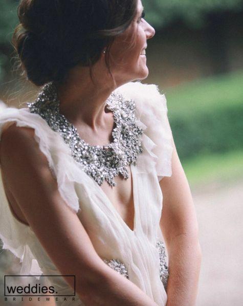 Göz dolduran tasarımlarıyla gösterişli mücevher ve aksesuarlar, dekolteli gelinlik modellerinin de en büyük tamamlayıcısı olacaklar. 🌟  Stunning huge jewelries and accessories will be the greatest complements of the gorgeous open-neck wedding dresses. 🌟